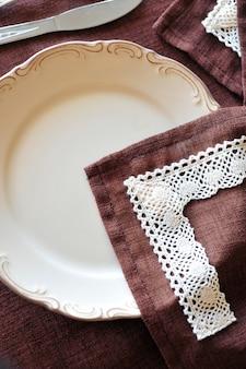 Linnen en ouderwetse tafel