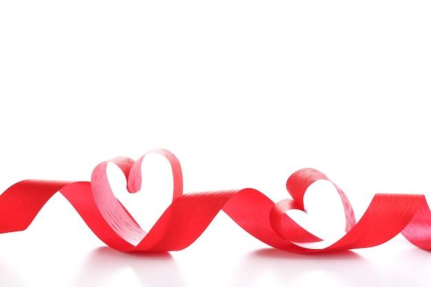 Lint in de vorm van harten geïsoleerd op een wit oppervlak