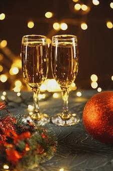 Lint, kerstballen en wijn tegen kerstverlichting.