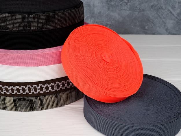 Lint van verschillende kleuren in rollen, veelkleurige rollen voor textielindustrie, kledingproductie
