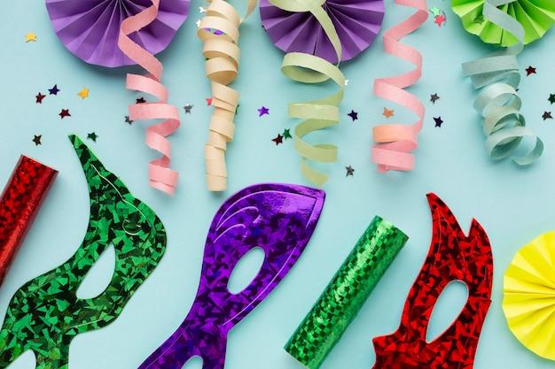 Linten en papieren decoraties met maskers
