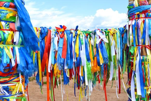Linten op koppelpalen van sjamanistische religie op khuzhir-eiland olkhon