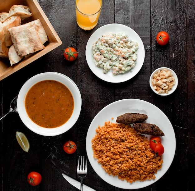 Linzensoep hoofdsalade en bulgur lunch met koteletten