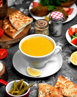Linzensoep in kop geserveerd met citroen