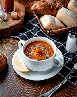 Linzensoep met brood op de tafel