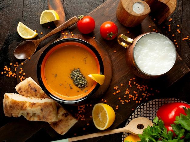 Linzensoep met gedroogde kruiden en citroen