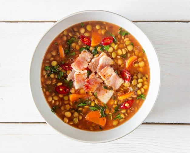 Linzensoep met wortelen en gebakken spek. recepten. duitse keuken.