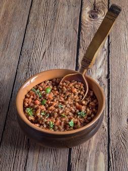 Linzenstoofpot. veganistische linze bolognese. diëet voeding.