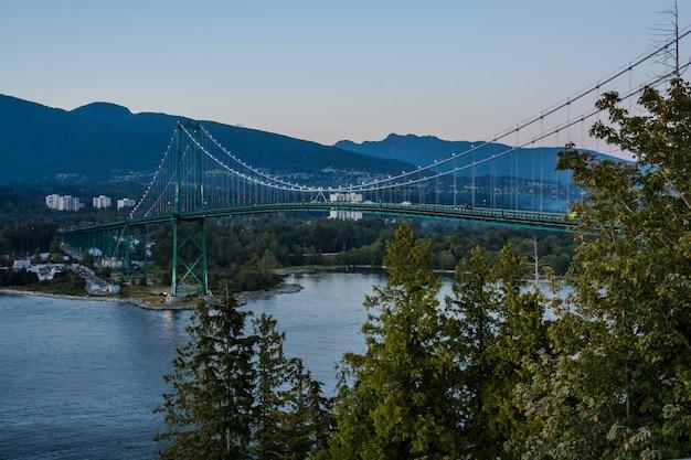 Lions gate bridge, zonsondergang en avond in vancouver, canada.