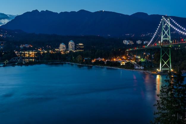 Lions gate bridge, zonsondergang en avond van de prachtige stad aan de stille oceaan in vancouver canada.