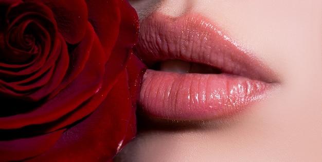 Lippen close-up met rode roos cosmetica make-up reclame voor mooie vrouwelijke perfecte rode lippen