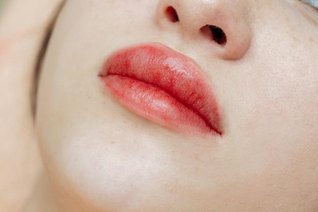 Lippen na permanente make-up in de schoonheidssalon