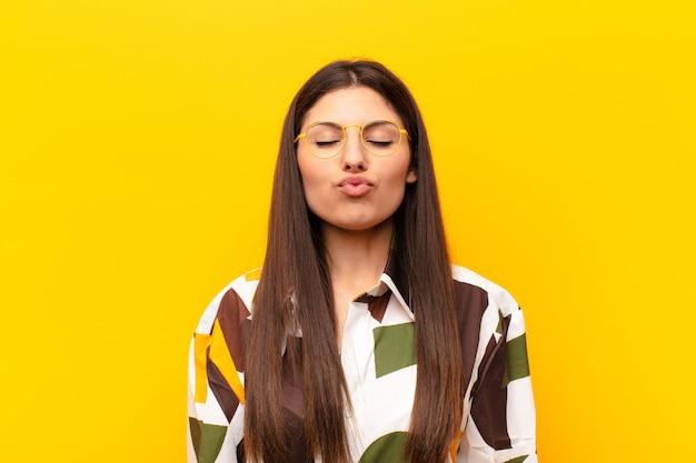 Lippen samen drukken met een schattige, leuke, vrolijke, mooie uitdrukking, een kus sturen