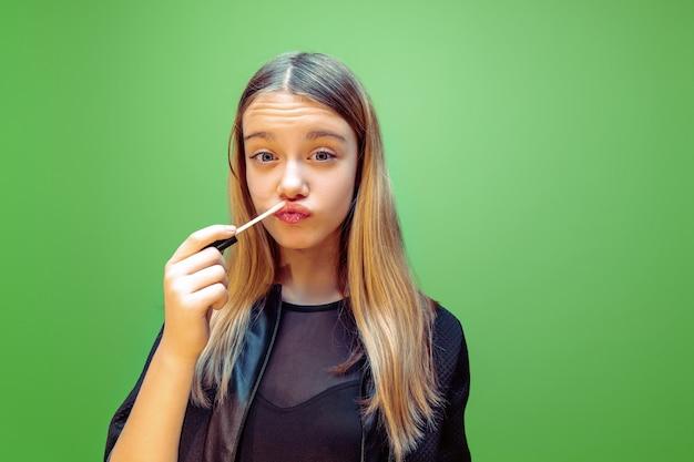 Lippenstift. meisje droomt van beroep van visagist.