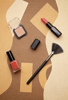 Lippenstift, oogschaduw, make-up kwast en valse wimpers.