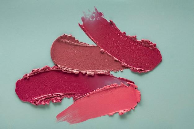 Lippenstift paars roze veegstaal op blauwgrijs gekleurde achtergrond