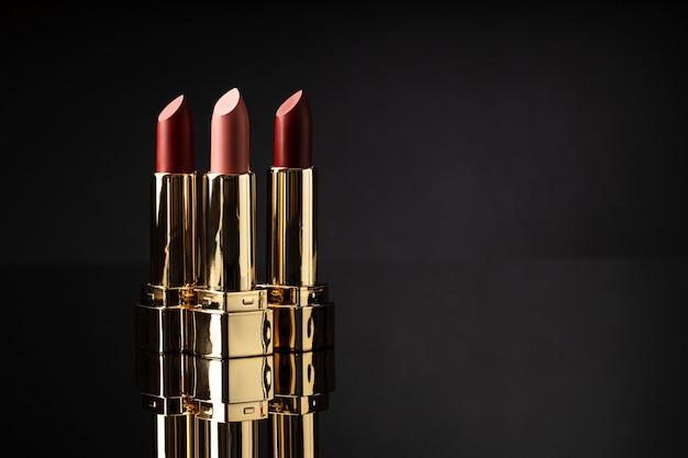 Lippenstiftassortiment met donkere achtergrond