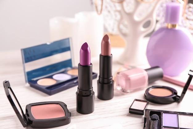 Lippenstiften en andere cosmetica op tafel