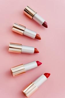Lippenstiften in verschillende tinten roze en rood liggen. copyspace, bovenaanzicht