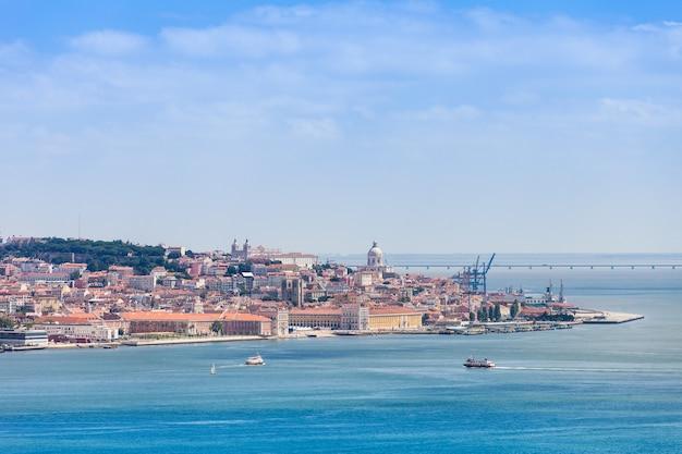 Lissabon aan de oever van de rivier de taag, centraal portugal
