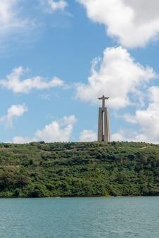 Lissabon, portugal, 18 april 2019: het standbeeld van jezus christus in lissabon, portugal