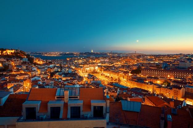 Lissabon verlichte stad bij zonsondergang