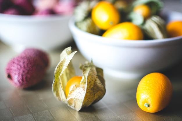 Litchi, kumquat en physalis ballen