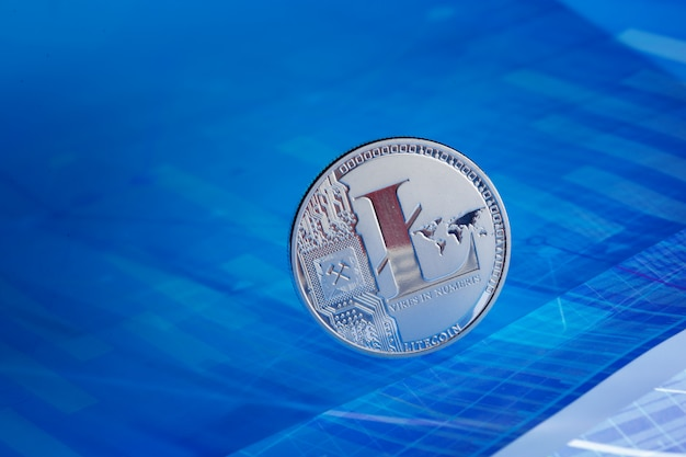 Litecoin op blauwe abstracte financiënachtergrond. bitcoin cryptocurrency