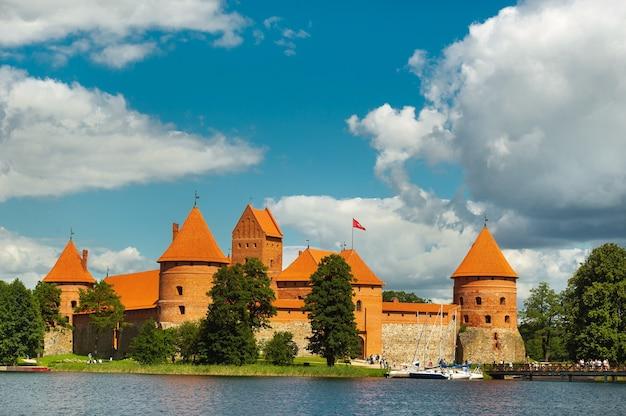Litouwen. mening over kasteel trakai over meer en wit jacht onder zeil.