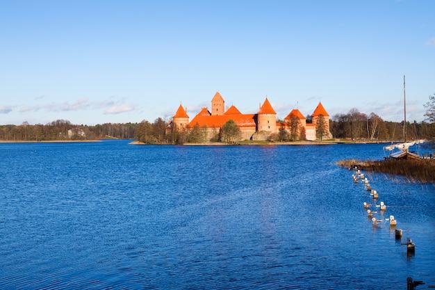 Litouwen, trakai, uitzicht op het middeleeuwse kasteel