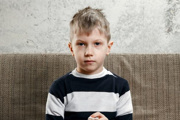 Little boy blote borst glimlachen