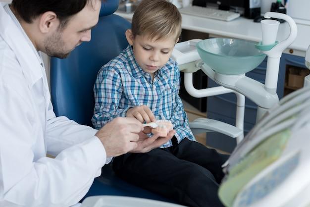 Little boy die tanden leren te borstelen
