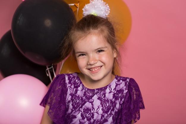 Little dark haired meisje met kleurrijke ballonnen