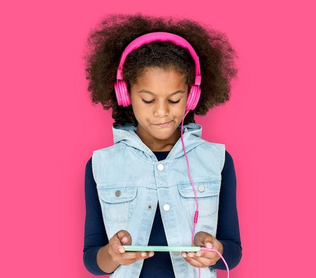 Little girl headphones met behulp van de telefoon