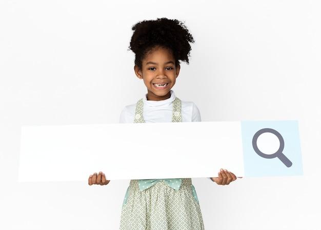 Little girl holding magnifying glass zoekvak studio portret