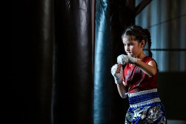 Little girl thai bokstraining is een zelfverdedigings cursus, muay thai.
