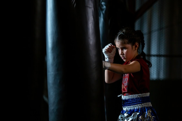 Little girl thai bokstraining is een zelfverdedigings cursus, muay thai.