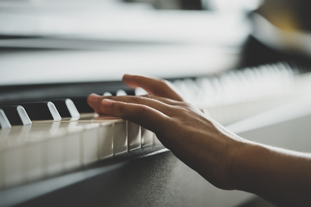 Little hand music keyboard piano rechtop spelen