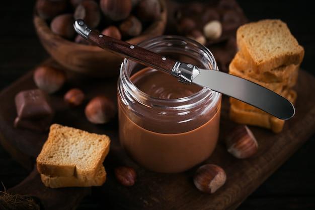 Little toasts met zoete hazelnootchocoladepasta als ontbijt.