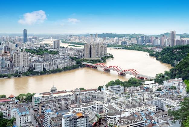 Liujiang rivier en stedelijk landschap, liuzhou, guangxi, china.