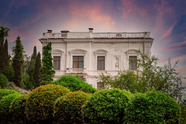 Livadia, krim - 5 juni 2021. livadia palace en het omliggende gebied.