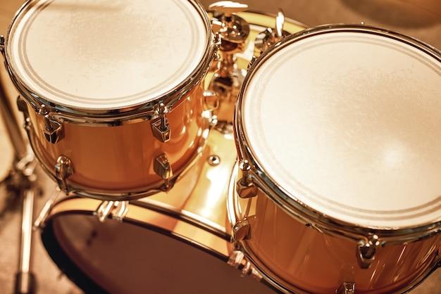 Live muziek spelen close-up van professionele drumset in muziekstudio muziekconcept