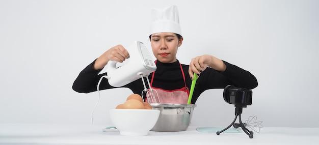 Live streaming van foodblogger. online chef-kok van de voedselinstructeur. koken met abonnees via telefooncamera online.