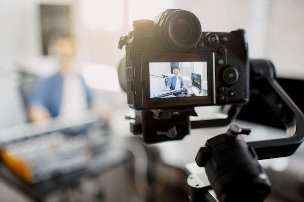 Live videoblogger leert hoe je muziektracks maakt
