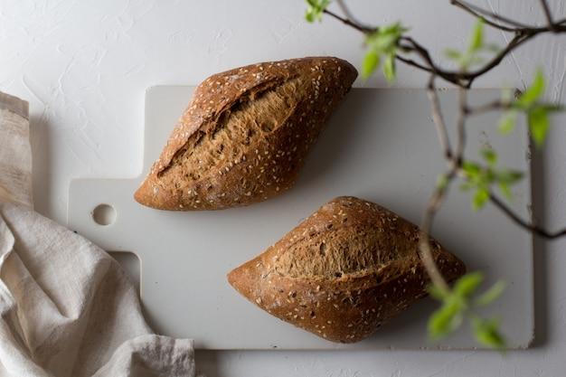 Loafs van volkoren e zelfgebakken brood. gezond huisvoedselconcept