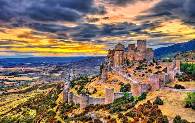 Loarre castle bij zonsondergang. provincie huesca - aragon, spanje