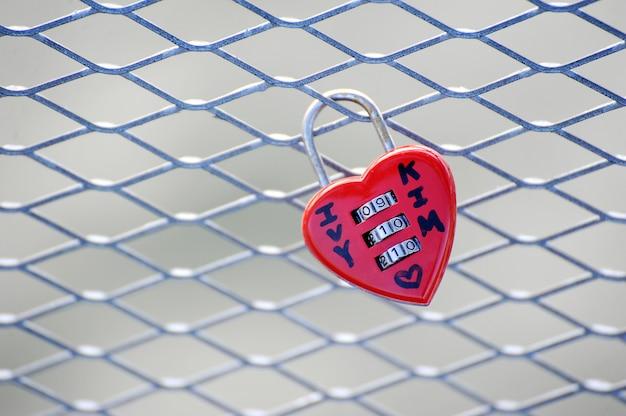 Lock-heart op een roosterbrug