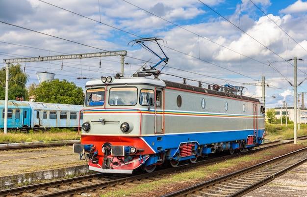 Locomotief op station cluj-napoca in roemenië