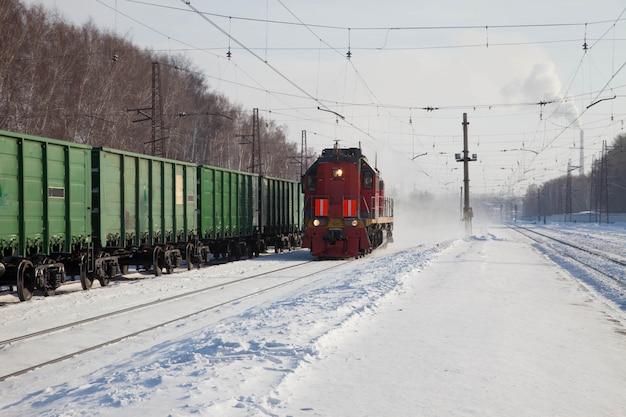 Locomotief rijdt op rails