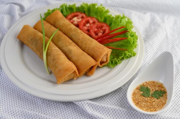 Loempia of fried spring rolls op het witte plaat thaise voedsel. .